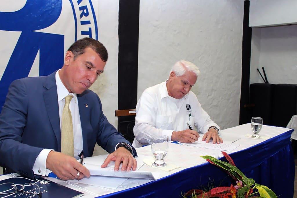 Miguel Ángel Marcano firmando el convenio
